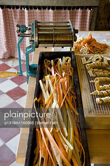 Frischgemachte Nudeln, Pasta mit Nudelmaschine, Selbstgemachtes - p1316m1160565 von Bethel Fath