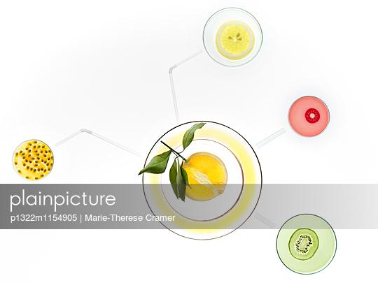 Petrischalen mit Obst in Anordnung der Verbindung des Vitamin B6 - p1322m1154905 von Marie-Therese Cramer