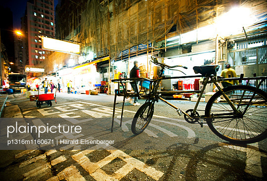 Straßenszene bei Nacht, Hongkong, China - p1316m1160671 von Harald Eisenberger