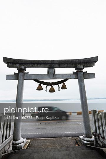 Torii, Shinto Tempel, Noto-Halbinsel, Ishikawa, Japan - p1316m1160778 von Enno Kapitza