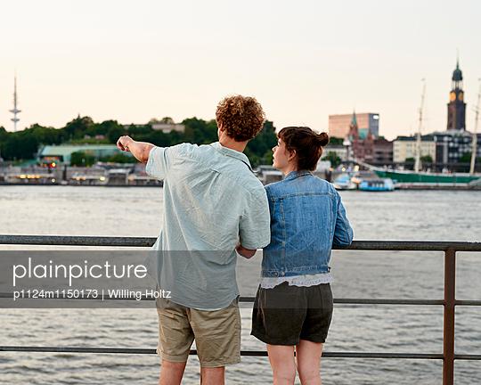 Paar am Elbufer mit Blick auf die Landungsbrücken - p1124m1150173 von Willing-Holtz