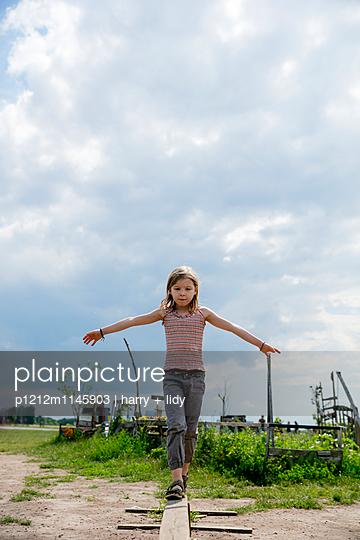 Mädchen balanciert - p1212m1145903 von harry + lidy
