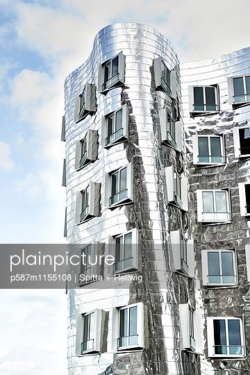 Gebäude mit glänzender Fassade des Architekten Frank O Gehry - p587m1155108 von Spitta + Hellwig