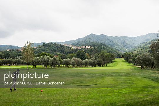 Golfspieler, Golfplatz,  Provinz Savona, Riviera di Levante, Ligurien, Italien - p1316m1160790 von Daniel Schoenen