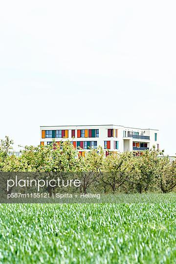 Haus mit Flachdach im Grünen - p587m1155121 von Spitta + Hellwig