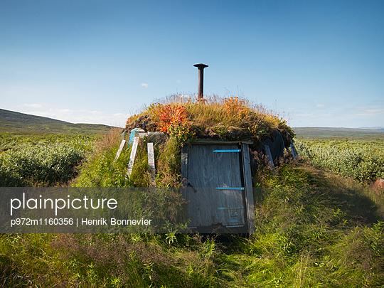 Hütte unter Gras in Sami - p972m1160356 von Henrik Bonnevier