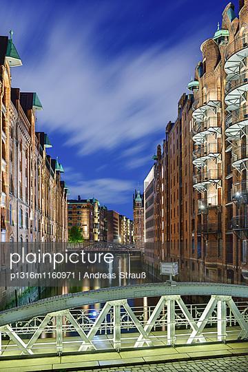 Kannengießerortbrücke und beleuchtete Gebäude der Speicherstadt, Speicherstadt, Hamburg, Deutschland - p1316m1160971 von Andreas Strauß