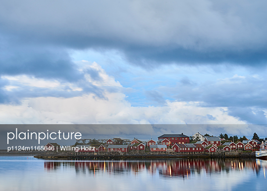 Dorf am Wasser in der blauen Stunde - p1124m1165646 von Willing-Holtz