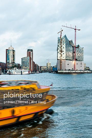Blick auf HafenCity mit Elbphilharmonie, Hamburg, Deutschland - p1316m1160748 von Arnt Haug