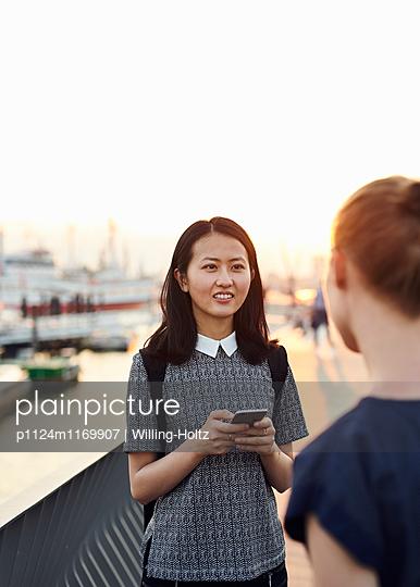 Zwei Frauen im Gespräch auf Uferpromenade - p1124m1169907 von Willing-Holtz