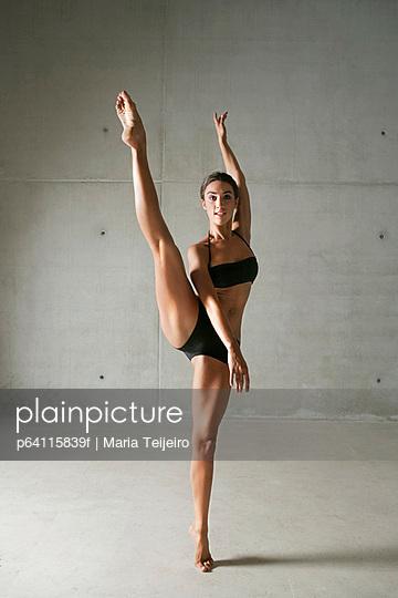 Ballet dancer posing on tiptoes