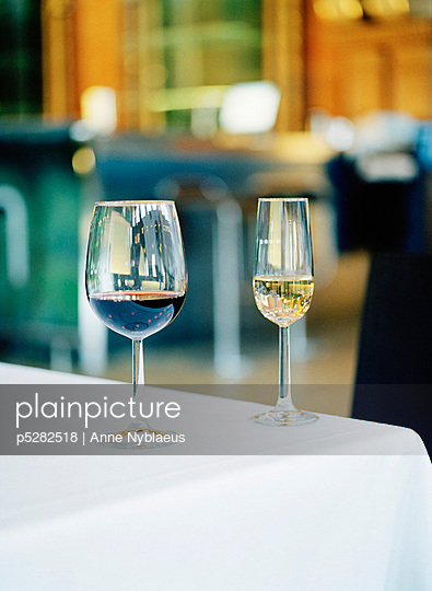 Red and white wine in glasses on table