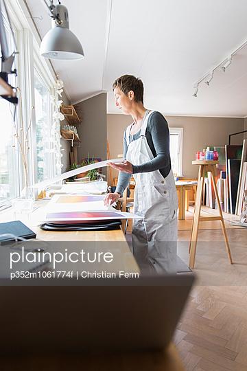 Sweden, Sodermanland, Jarna, Woman working in art studio