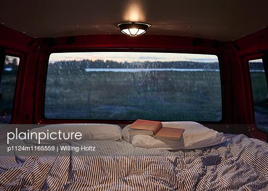 Schlafplatz im VW-Bus  - p1124m1165559 von Willing-Holtz