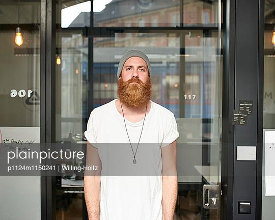 Mann steht vor einer Glastür - p1124m1150241 von Willing-Holtz