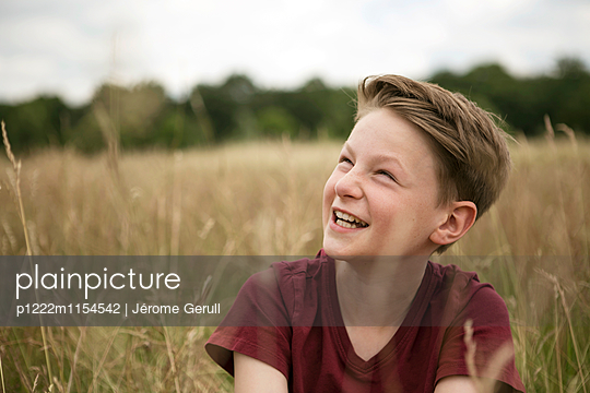 Junge in einer Wiese - p1222m1154542 von Jérome Gerull