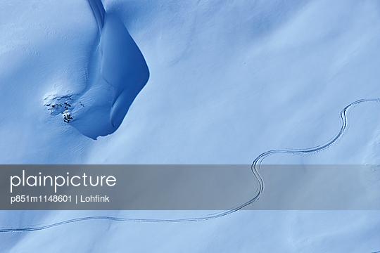 Spur in verschneiter Berglandschaft - p851m1148601 von Lohfink