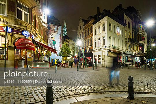 Altstadt mit Restaurants und Bars bei Nacht, Brüssel, Belgien - p1316m1160852 von Daniel Schoenen