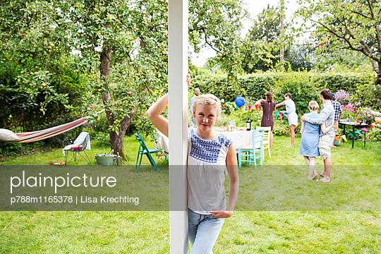 Jungen Frau lehnt sich gegen einen Holzbalken - p788m1165378 von Lisa Krechting