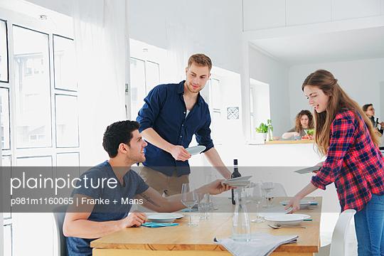 Tisch decken - p981m1160065 von Franke + Mans