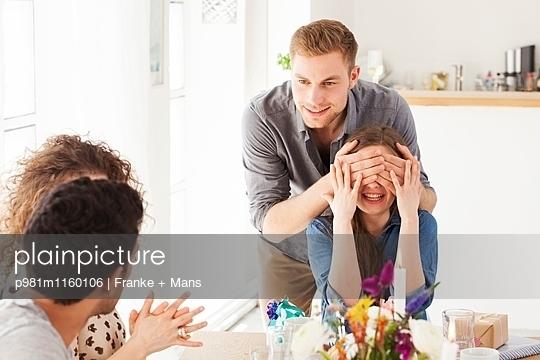 Überraschung - p981m1160106 von Franke + Mans