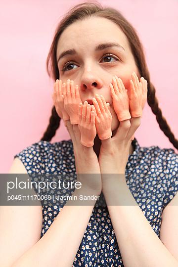viele Hände im Gesicht - p045m1170068 von Jasmin Sander