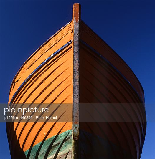 Rumpf eines Holzbootes - p1258m1146236 von Peter Hamel