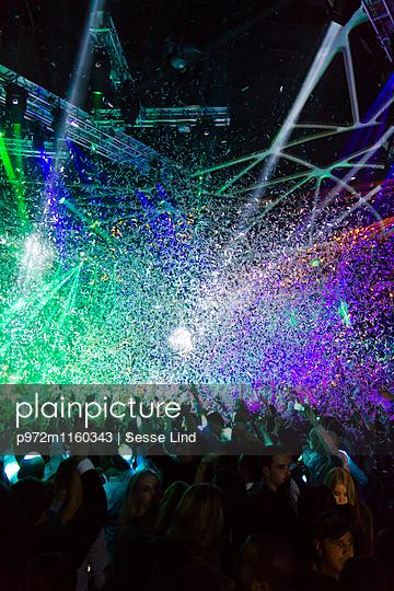 Festival mit Lasershow und Konfetti - p972m1160343 von Sesse Lind