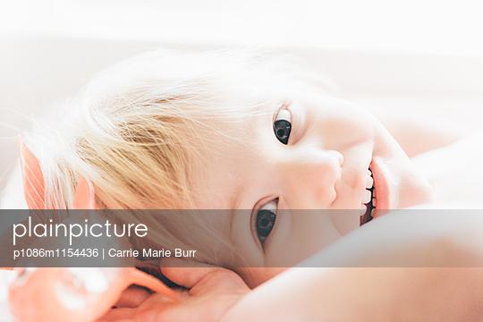 Porträt eines kleinen Mädchens - p1086m1154436 von Carrie Marie Burr