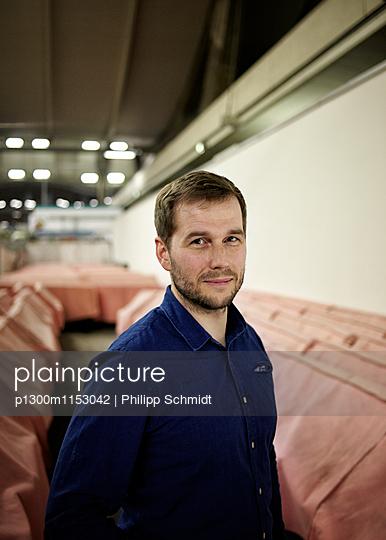Mann mit blauem Hemd - p1300m1153042 von Philipp Schmidt