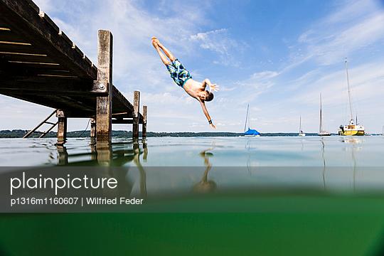 Junge springt in Starnberger See, Bayern, Deutschland - p1316m1160607 von Wilfried Feder