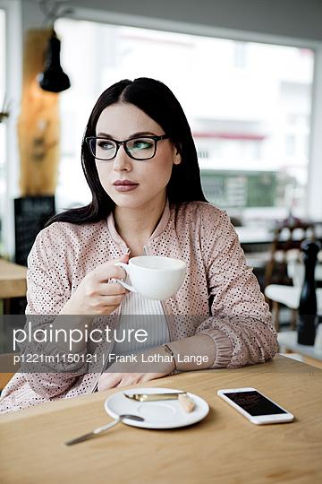 Junge Frau mit Brille - p1221m1150121 von Frank Lothar Lange