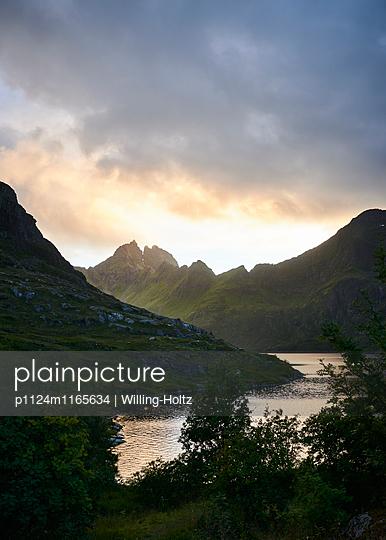Landschaft auf den Lofoten bei Nacht - p1124m1165634 von Willing-Holtz