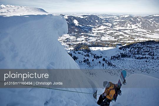 Snowboarder seilt sich ab, Oberjoch, Bad Hindelang, Bayern, Deutschland - p1316m1160494 von Christoph Jorda