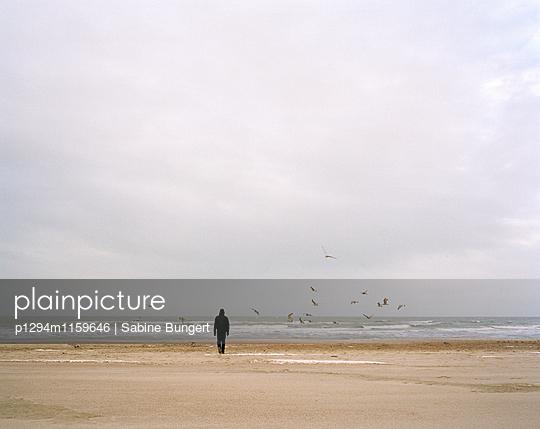 Menschen am Strand - p1294m1159646 von Sabine Bungert