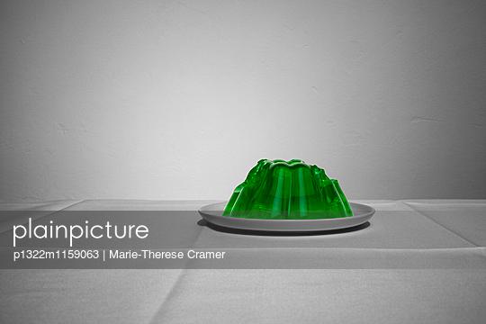Ein angegessener Wackelpudding auf einem Teller - p1322m1159063 von Marie-Therese Cramer