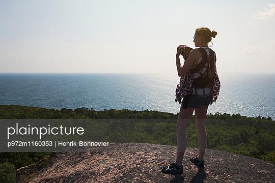 Frau mit Baby Tragetuch auf der Insel Blå Jungfrun - p972m1160353 von Henrik Bonnevier