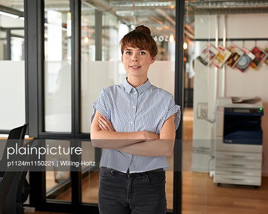 Junge Frau im Büro - p1124m1150221 von Willing-Holtz