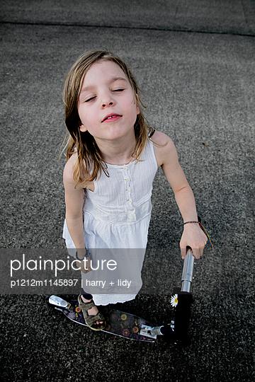 Mädchen mit Roller - Geschlossene Augen - p1212m1145897 von harry + lidy