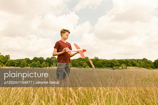 Kind mit Spielflugzeug - p1222m1154577 von Jérome Gerull