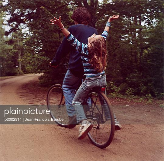 plainpicture - plainpicture p2002914 - Fahrrad fahren - plainpicture ...