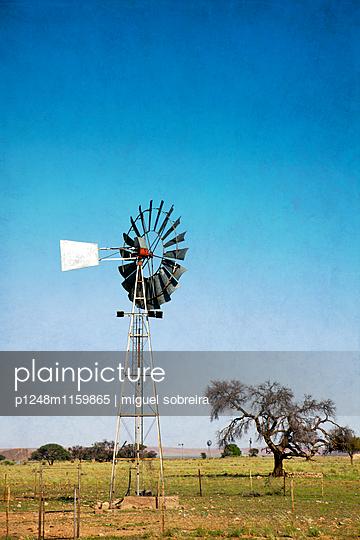 Windrad auf dem Land - p1248m1159865 von miguel sobreira