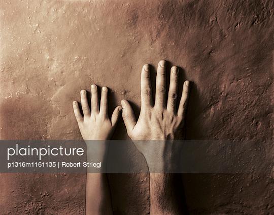Männerhand und Kinderhand Seite an Seite, Kontrast, Menschen - p1316m1161135 von Robert Striegl