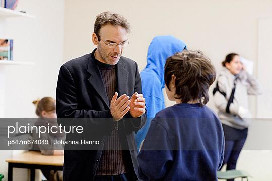 Male Teachers Talk With Students In Classrooms, Middle School (Manlig larare diskuterar med elev i klassrum, högstadiet)