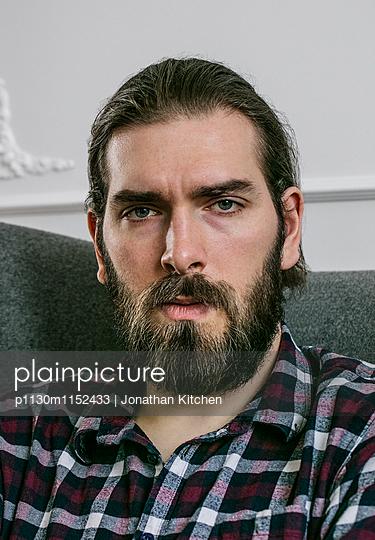 Porträt eines Manns mit Vollbart - p1130m1152433 von Jonathan Kitchen