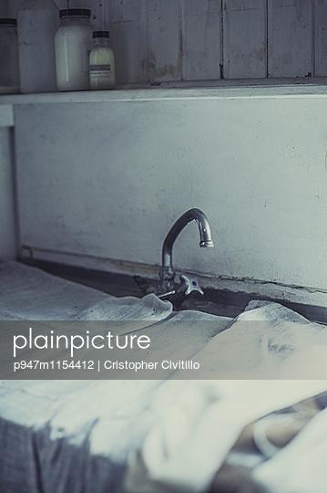Abgedecktes Waschbecken - p947m1154412 von Cristopher Civitillo