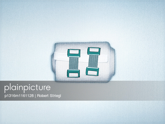Bandage mit Clips, gewickelt, Erste Hilfe, Gesundheit, Medizin - p1316m1161128 von Robert Striegl