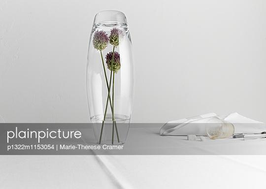Tischszene mit umgedrehter Blumenvase - p1322m1153054 von Marie-Therese Cramer