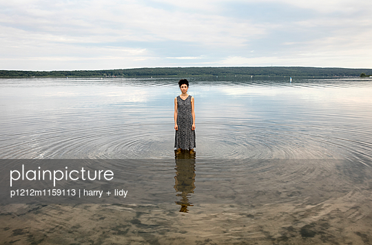 Junge Frau im See - p1212m1159113 von harry + lidy