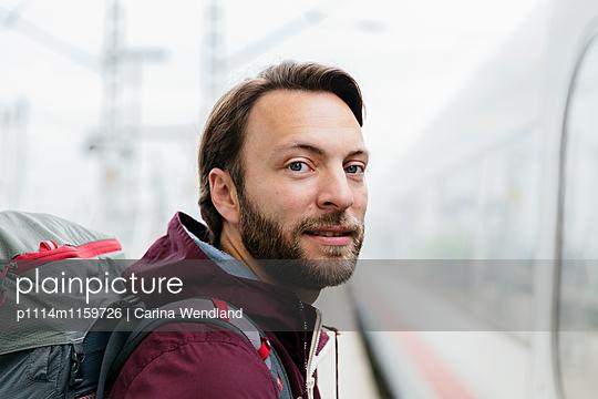 Mann am Bahnsteig - p1114m1159726 von Carina Wendland